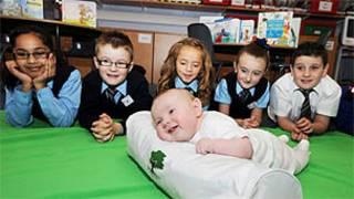 Bebê Chloe Bell na escola de ensino fundamental New Stevenson/Divulgação: Action for Children