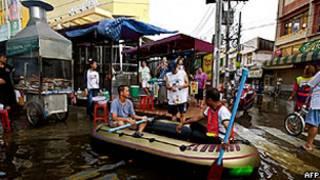 Moradores de Bangcoc em um bote inflável perto do centro da capital tailandesa (AFP/Getty)