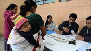 Eleitoras apresentam documentos antes de votar em Chinautla, na Guatemala (AFP/Getty)
