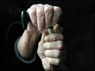 老人手拄拐棍
