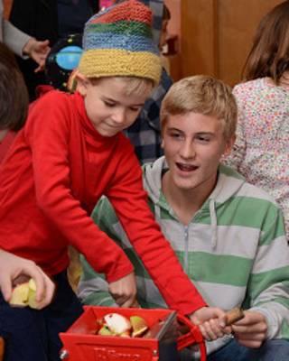 Un niño con unas frutas. Foto: cortesía Asociación de Escuelas Waldorf de América del Norte