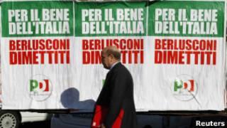 """Cartazes na Itália afirmam que a renúncia de Berlusconi é """"pelo bem da"""" (Foto: Reuters)"""