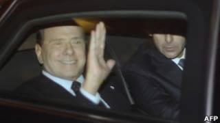 Ông Silvio Berlusconi (vẫy tay)