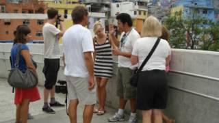 Turistas durante tour de favela neste sábado (foto: Paulo Cabral / BBC Brasil)
