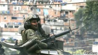 Policial durante ocupação da Rocinha
