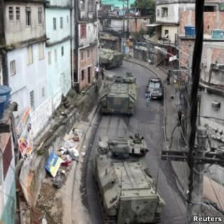 Tanques sobem o morro em ocupação da Rocinha (Foto: Reuters)
