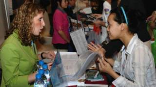 Sinh viên tìm hiểu thông tin du học