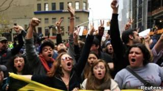 Manifestantes em Nova York.