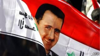 Сирийский флаг с портретом Башара Асада