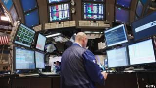 Un corredor de bolsa en el New York Stock Exchange