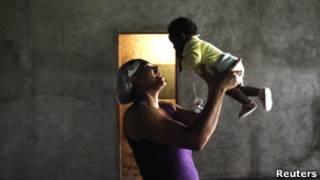 Бразильская женщина с ребенком