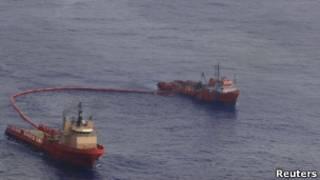 Navios tentam conter vazamento de óleo na Bacia de Campos, em foto do dia 13 de novembro (Reuters)
