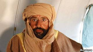 賽義夫·卡扎菲被捕後坐在飛機裏