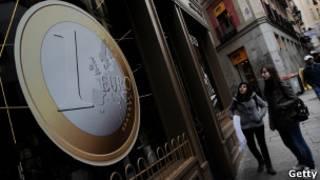 شعار اليورو في العاصمة السبانية مدريد