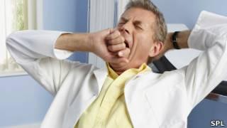 Médico bostezando