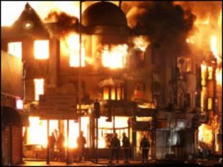 伦敦骚乱中燃烧的建筑