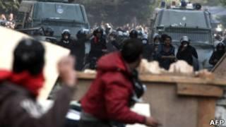 Confrontos entre forças de segurança e manifestantes no Cairo, nesta quarta (AFP)