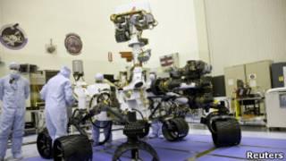 Técnicos da Nasa observam a sonda Curiosity, da missão Mars Science Laboratory (Reuters)