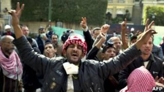 Ativistas nas ruas do Cairo neste sábado (AFP)