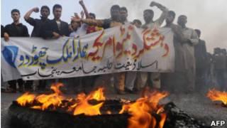 Protesto em Lahore, Paquistão, contra suposto ataque da Otan neste sábado (AFP)