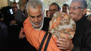 امرأة تهنئ عبد الإله بنكيران الأمين العام لحزب العدالة والتنمية