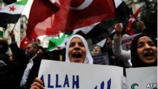Refugiados sírios na Turqioa protestam contra Bashar al-Assad, na sexta-feira (AFP)