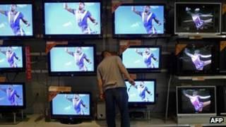 北京某超市內一名顧客察看電視機(資料圖片)