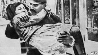 """ستالين يحمل """"عصفورته"""" سفيتلانا"""