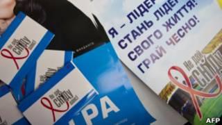 Folhetos de campanha contra a Aids apresentados durante conferência em Berlim, no último dia 21 (AFP)