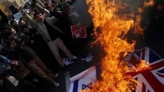 ब्रितानी दूतावास पर प्रदर्शनकारी
