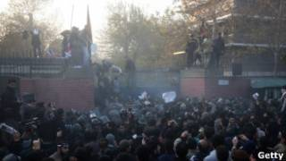 Manifestantes na embaixada britânica, terça-feira