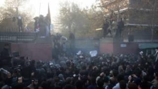 Waandamanaji wakivamia ubalozi wa Uingereza mjini Tehran