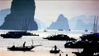 Thuyền đánh cá trên Vịnh Hạ Long