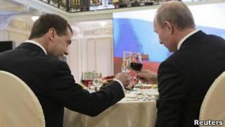 Медведев и Путин чокаются бокалами