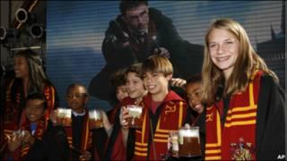 装扮成魔术师学校学生的哈利波特迷