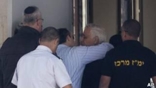 أحد أنصار كاتساف يودعه قبيل دخول السجن