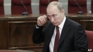 Владимир Путин сдает регистрационные документы в Центризбирком 7 декабря 2011 г.