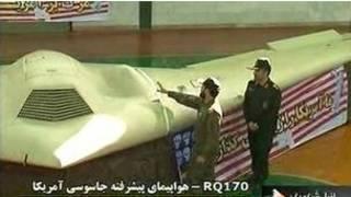 अमरीकी ड्रोन का निरीक्षण करते ईरानी अधिकारी
