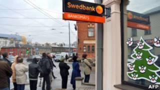 Очередь в банк в Латвии