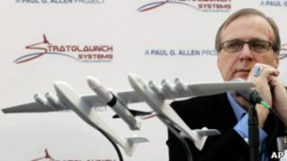 Пол Аллен и модель аппарата Stratolaunch