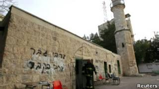 كتابات عبرية على مسجد