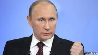 """Владимир Путин жестикулирует во время """"прямой линии"""" 15 декабря 2011 года"""