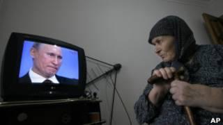 Чеченская женщина смотрит выступление Владимира Путина