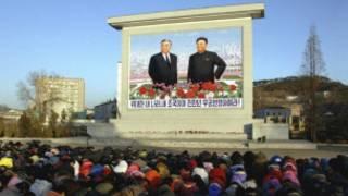 Người dân cúi đầu than khóc trước ảnh của Kim Jong-il và cha ông