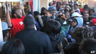 जूतों की दुकान के बाहर भीड़