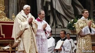 Папа римский Бенедикт XVI во время рождественской мессы
