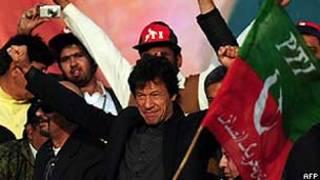 Imran Khan durante comício neste domingo em Karachi (AFP/Getty)