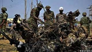 Forças de segurança analisam local de explosão em Madalla (Reuters)
