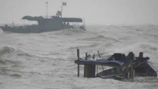 Xác chiếc tàu chìm đang trôi nổi trên sóng biển