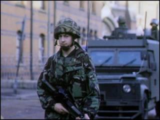 在北爱尔兰某地巡逻的英国士兵